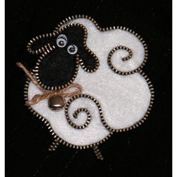 3002-MB. Брошка Бяла Овчица